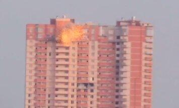 Video: Luhanskā šāviņš trāpa daudzstāvu ēkā