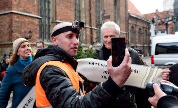 Konspiratīvs video no tualetes: Kremļa blogeri Filipsu izraida no valsts