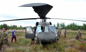 Foto: Ādažu poligonā norit ASV karavīru izpletņlēkšanas treniņš
