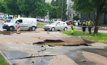 Foto: Ūdensvada avārijas dēļ Dammes un Slokas ielas krustojumā slēgta satiksme