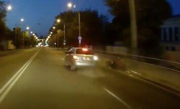 Video: Viļņā pakaļdzīšanās laikā avarē mopēdists