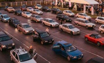 Foto: Tehniskās apskates nakts Rīgā pulcējusi automobiļu rekordskaitu