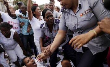 Foto: Īsi pirms Obamas ierašanās Kubā aiztur protestētājas