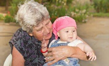 Padomi omītēm. Kā neuzbāzīgi palīdzēt pēc mazbērna nākšanas pasaulē