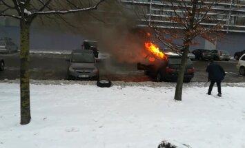 ФОТО, ВИДЕО: У Олимпийского спортцентра сгорел автомобиль президента Латвийской федерации борьбы