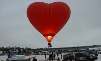 Jēkabpilī pulcējas krāšņi gaisa baloni; svētdien plāno uzstādīt Ginesa rekordu
