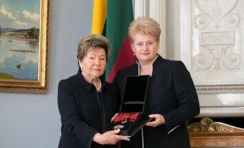 Lietuvā Borisa Jeļcina atraitnei pasniedz viņam piešķirto apbalvojumu