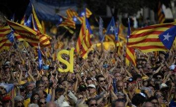Foto: Desmitiem tūkstošu cilvēku Barselonā pieprasa Katalonijas neatkarību