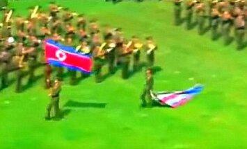 Video: Ziemeļkorejas karavīri, Kimam Čenunam plati smaidot, mīda ASV karogu