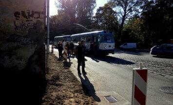 Video: Pārdaugavā 'vieglais' ietriecas tramvajā