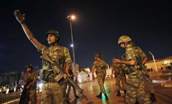 Турецкая разведка объявила о подавлении попытки переворота: военные сдают оружие