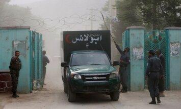 Kabulā bēru ceremonijas laikā nogrand sprādzieni; vismaz 12 bojā gājušie