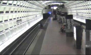 Video: ASV vīrietis ratiņkrēslā uzripo uz metro sliedēm