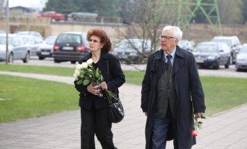 Foto: Tuvinieki, laikabiedri un kolēģi atvadās no dziedātaja Ojāra Grinberga