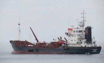 Izmeklēšana: Daugavgrīvā uz sēkļa uzskrējušais tankkuģis avārijas brīdī bijis bez vadības
