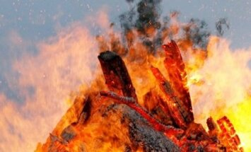 Ugunsdzēsēji dzēš ugunskuru, elektromotoru un ēdienu