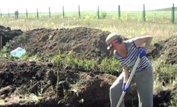 Video: Ukrainas civiliedzīvotāji brīvprātīgi rok tranšejas uz robežas ar Krieviju