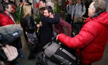 Foto: Pasaules čempioni Melbārdis un Dukurs atgriežas mājās