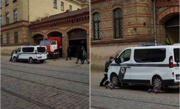 ФОТО: Пожарные убирают припаркованный у ворот депо полицейский микроавтобус