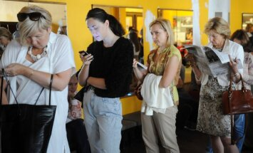 ФОТО: Люди ночевали у театра, чтобы купить билеты на спектакль с Барышниковым
