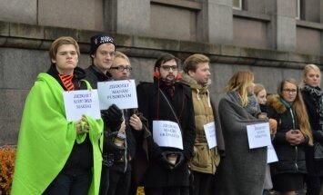 Foto: Studenti pie valdības ēkas pieprasa neatņemt budžeta vietas