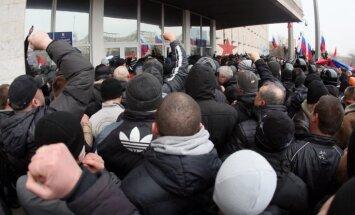В Луганске штурмовали облсовет и потребовали референдума