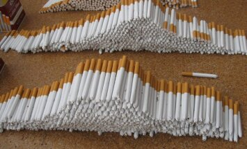 Pēc pakaļdzīšanās Lietuvas muitnieki no Latvijas iebraukušā auto atrod kontrabandas cigaretes
