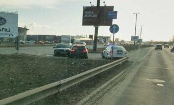 ФОТО: Как? На развороте на улице Краста столкнулись две машины