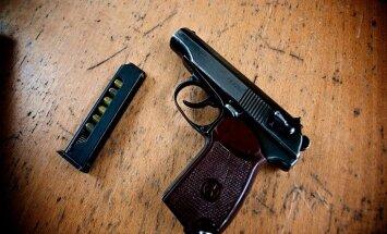 ASV trīs gadus vecs bērns sašauj tēvu un stāvoklī esošo māti