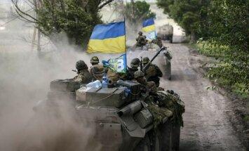 Ukrainas pierobežā notiek smaga kauja; aculiecinieki ziņo par tehniku ar Krievijas karogiem