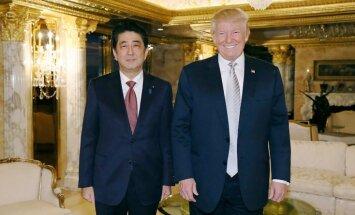 Japānas premjers pēc tikšanās ar Trampu paziņo par uzticēšanos viņam