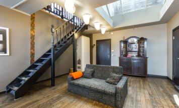 Privātmājas sajūta dzīvoklī – dažāda stila divstāvu mājokļi