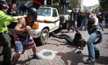 Foto: Kalifornijā protests par Trampa nodokļu deklarāciju publiskošanu pāraug vardarbībā