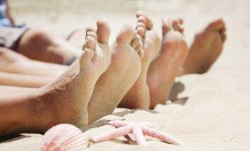 Новинка пляжного сезона: итальянцы создали наклейки на ноги, которые заменят пляжные шлепанцы