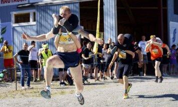 Foto: Somijā trakie skrien sievu nešanas čempionātā