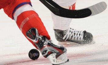 Latvijas U-18 hokejisti PČ elitē līdzīgā cīņā piekāpjas Somijai