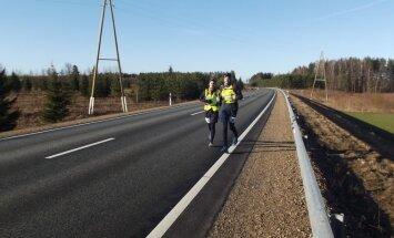 Naktī no piektdienas uz sestdienu garo distanču skrējēji mēros 107 kilometrus no Rīgas uz Valmieru