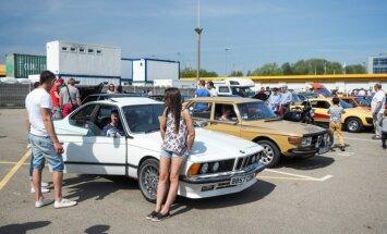 Foto: Ķīpsalā uz jaunās sezonas ieskandināšanu pulcējas vēsturiskie auto