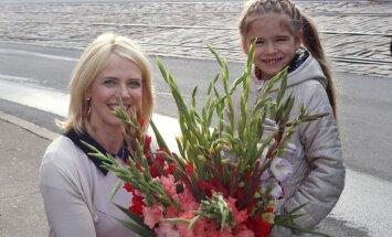 Foto: Ziedi, divreiz lielāki par pašu – 1. septembra kņada Rīgā