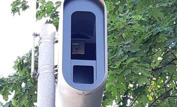 Uz ceļiem novērojami tukši fotoradaru ietvari - autovadītāji jūtas maldināti