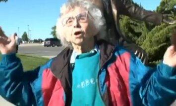 Ģimene 102 gadus vecai amerikāņu kundzei uzdāvina lēcienu no tilta