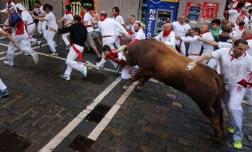 Foto: Pamplonas festivālā uz vēršu ragiem uzdurti seši cilvēki