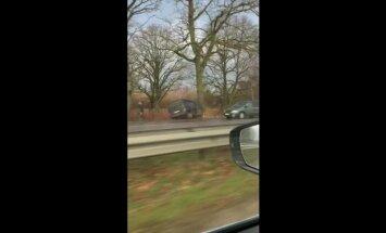 Video: Pie Jaunolaines avarējušas divas automašīnas; divi cietušie