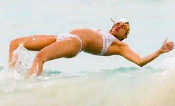 Foto: 'Ātrs un bez žēlastības' zvaigznei pludmalē izsprūk labumi
