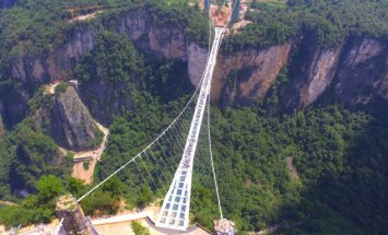 Ķīnā atklāts pasaulē garākais un augstākais gājēju tilts ar stikla grīdu