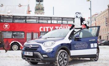 Foto: Pa Rīgas ielām braukā 'Zvaigžņu karu' varoņi