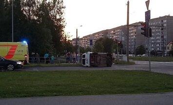 ФОТО: Авария в Пурвциемсе - одна из машин перевернулась