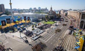 Video: Ukraiņi Neatkarības dienu atzīmē ar kilometru garu karogu un parādi