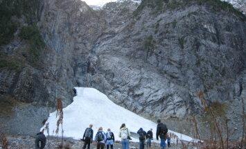 Siltā laika dēļ ASV ledus alu nobrukumā iet bojā tūrists, bet vairāki citi ievainoti