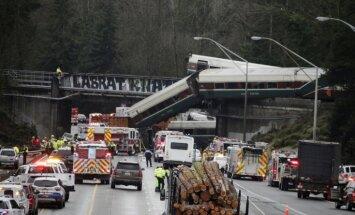 Foto: ASV vilciena vagons nokrīt no tilta; vismaz trīs mirušie